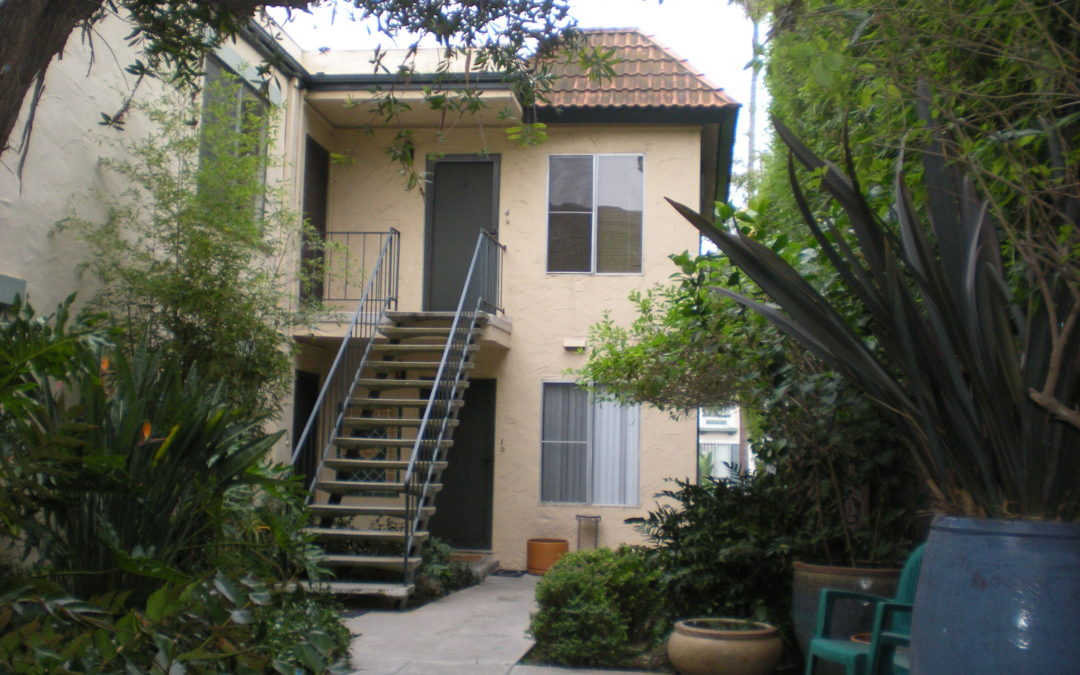 Courtyard style unit walking distance to Balboa Park, shops, and Zoo. !